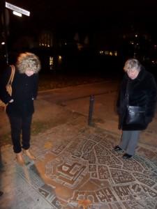 Lisa Ortgies und Agnes Schmidt beim Darmstadt-Stadtplan an der Stadtmauer