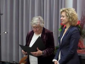 Vereinsvorsitzende Agnes Schmidt überreicht den Preis an Lisa Ortgies