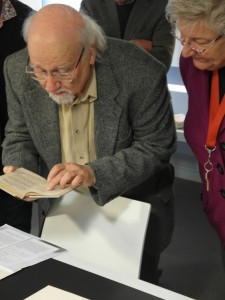 """Dr. Thomas Lange und Agnes Schmidt in der Handschriftenabteilung der Darmstädter Landesbibliothek mit dem von Georg Büchner korrigierten Exemplar des """"Danton"""""""