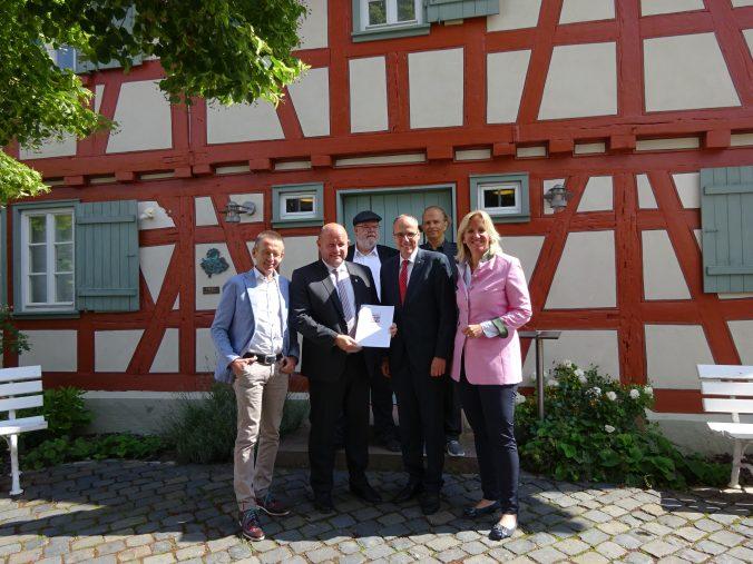 Innenminister Peter Beuth überreicht Urkunde für Büchnerstadt Riedstadt